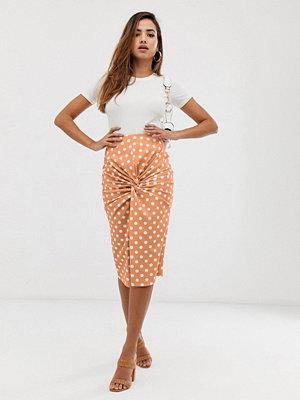 PrettyLittleThing Persikofärgad midiklänning med prickar och snurrad knut framtill Persika
