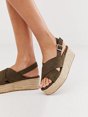 New Look Mörkt kakifärgade platåskor i mockaimitation med korsade remmar Mörk kaki