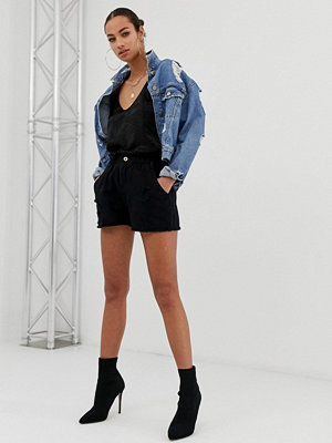 In The Style Sarah Ashcroft slitna jeansshorts med rynkad midja
