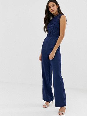 Chi Chi London Marinblå 2-i-1-jumpsuit med hög krage och spets