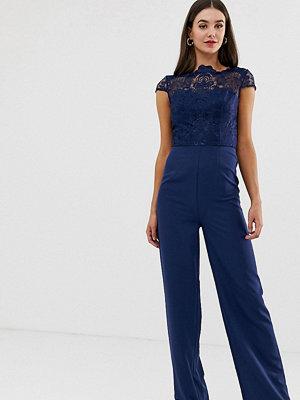 Chi Chi London Tall Marinblå jumpsuit i 2-i-1-spets med hög hals