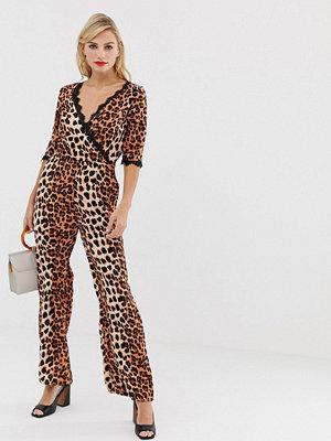 Liquorish Leopardmönstrad jumpsuit med omlott fram och spetsdetalj på ärmen Orange djurmönstrad