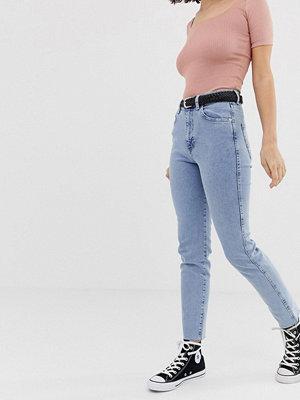 Pull&Bear Ljusblå mom jeans med stretch och smal passform Ljusblå