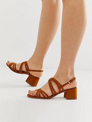 Miss Selfridge Bruna sandaler med klack och flera remmar