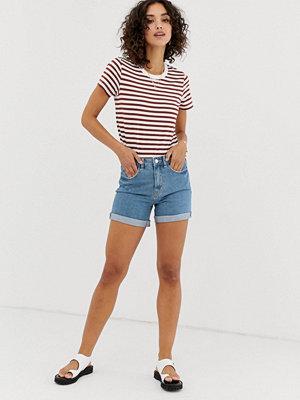 """Vero Moda Blå jeansshorts i """"mom""""-modell med hög midja Ljusblå"""
