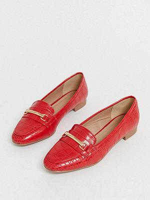 New Look Röda loafers i bred passform med krokodilmönster Klarröd