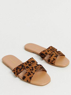 New Look Djurmönstrade platta sliders med korsade remmar Leopard