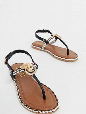 River Island Svarta sandaler med tårem och guldfärgad detalj