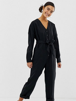 Monki Svart långärmad jumpsuit med v-ringning och knappdetalj
