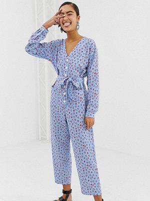 Monki Ljusblå långärmad jumpsuit med hjärtmönster Ljusblå