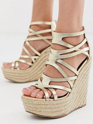 Miss Selfridge Guldfärgade sandaler med kilklack