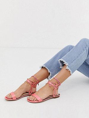Miss Selfridge Rosa platta sandaler med ankelrem