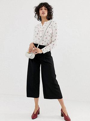 Warehouse Svarta culotte-byxor med veckad detalj