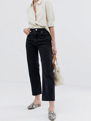 ASOS DESIGN Florence Svarttvättade jeans med raka ben Tvättad svart