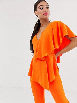 Yaura Orange jumpsuit med djup urringning och volang