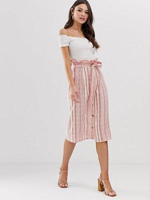 Boohoo Exklusiv midikjol med rynkad midja och rosa ränder