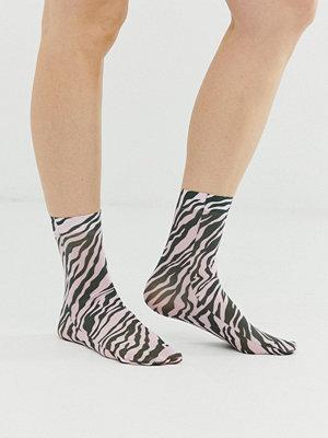 ASOS DESIGN Rosa och svarta ankelstrumpor med zebramönster