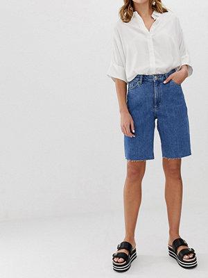 Monki Blåa jeansshorts i longline-modell med raka ben