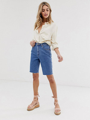 ASOS DESIGN Recycled Farleigh Blå jeansshorts i longline-modell med hög midja