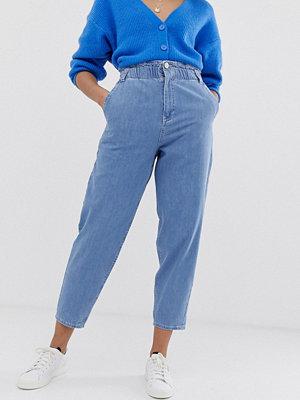 ASOS DESIGN Mjuka peg-jeans i ljus vintagetvätt med elastisk indragen midja Ljust vintage-blå