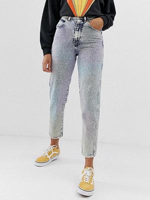 Wrangler Mom jeans i regnbågsfärgad stentvätt Tvättade i regnbågsfärger