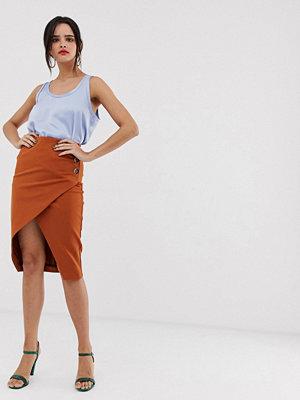 River Island Roströd kjol med omlottdetalj fram och knappar