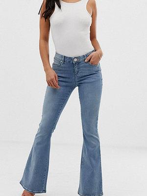 ASOS Petite Mellanblå flare jeans med väldigt låg midja Ljusblå