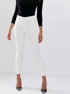 Spanx Shape and Lift Skinny jeans med slitna detaljer