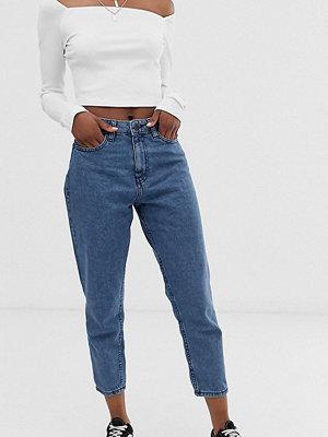 """Noisy May Petite Blå ankellånga jeans i """"mom""""-modell"""