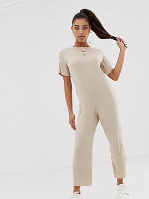 PrettyLittleThing Nudefärgad culotte-jumpsuit med avslappnad passform Nude