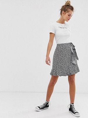 New Look Minikjol med rynkning och småblommigt mönster Svart mönster