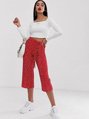 Boohoo Exklusiv Röda prickiga culotte-byxor med knytning i midjan