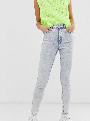 Jeans - Reclaimed Vintage Inspired Vintageinspirerade stentvättade skinny jeans i 90-talsmodell Blå stentvätt