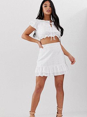 PrettyLittleThing Petite Vit broderad kjol