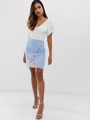 Vesper A-linjeformad kjol med kontrasterande spetsunderkjol och knappar Ljusblå