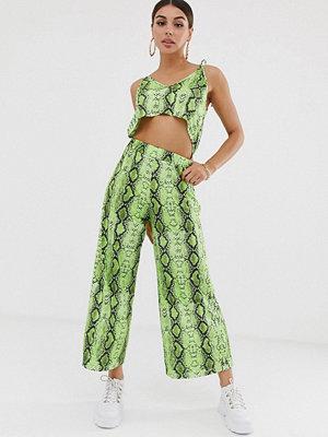 ASOS DESIGN Ormskinnsmönstrad jumpsuit med smala axelband och utskurna detaljer Green snake