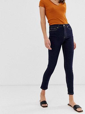 Warehouse Form Medelhöga skinny jeans Mörk tvättad denim