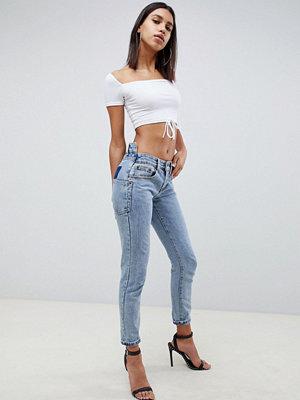 Liquor N Poker Jeans i boyfriend-modell med extra smal passform och asymmetrisk midja Mellanblå