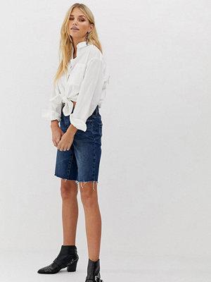 Blank NYC Shorts i longline-modell med råkant Indigo