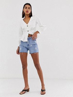Vero Moda Jeansshorts med broderade tusenskönor och råskuren fåll Liten svart klänning