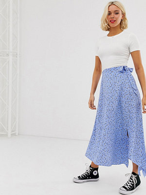 New Look Blå mönstrad kjol med asymmetrisk fåll Blå mönster