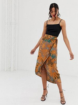 & Other Stories Midikjol i omlottmodell med tropiskt bladmönster och rundad nederkant Tropical leaf