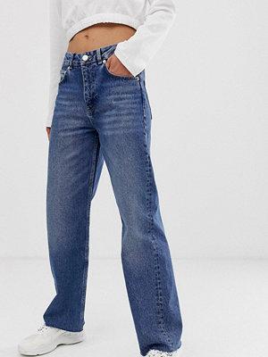 ASOS DESIGN Authentic Mellanblå dad-jeans med vintage finish Stentvätt
