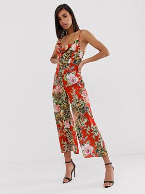 Jumpsuits & playsuits - ASOS DESIGN Blommig jumpsuit i satin med draperad ringning Blommigt