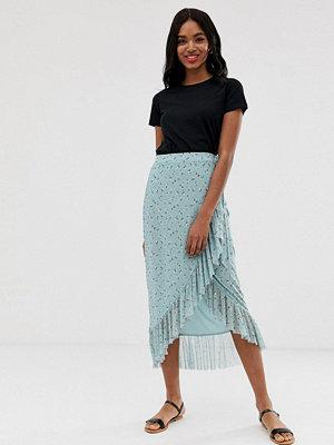 New Look Blåmönstrad omlottkjol i midimodell och mesh Blå mönster