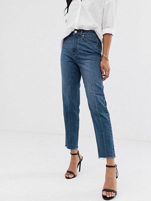 ASOS DESIGN Ritson Mörkblå mom jeans i styvt