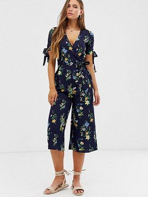 Qed London Blommig jumpsuit med omlott framtill och knytdetalj på ärmen