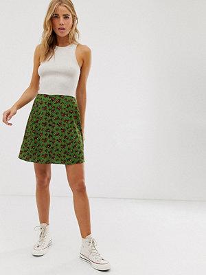 ASOS DESIGN Grön blommönstrad minikjol med knappar framtill Grönblommigt