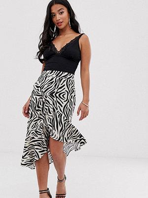 Kjolar - PrettyLittleThing Petite Zebrarandig midikjol i omlottmodell med volangdetalj Zebra