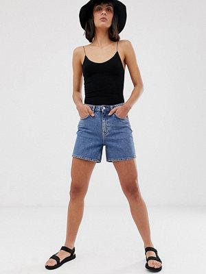 Weekday Mellanblå jeansshorts i mom-modell